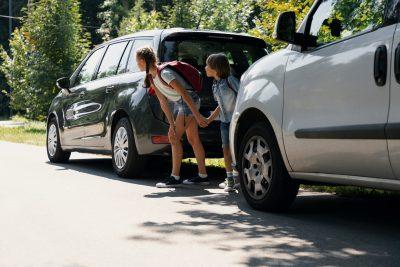 Kinder parkendes Auto